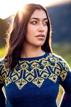 The Criterion sweater knitting pattern by Wool & Pine is a fabulous colorwork knitting project for beginners and advanced knitters alike! The pattern includes knitting video tutorials on carrying long floats and stranded knitting. The art deco vibe of this sweater makes it the perfect outfit for fall. Buy the pattern to get access to awesome video tutorials! #knit #knitting #strandedknitting #fairisle #knitsweater #colorwork Knitting Videos, Knitting For Beginners, Knitting Projects, Winter Knitting Patterns, Needle Gauge, Bind Off, Jazz Age, Sweater Making, Finger Weights