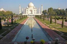C'est le sultan moghol Shah Jehan qui fit construire cette sépulture à l'image de l'amour qu'il portait à sa femme Mumtaz Mahal. Le souverain fit assassiner la femme de l'architecte perse chargé de l'édification du monument afin qu'il puisse ressentir la grandeur de sa peine.