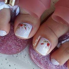 20 Modelos de unhas fancesinhas com flor; veja: Pedicure Nail Art, Mani Pedi, Manicure, Rose Nail Art, Rose Nails, White Toenails, Toe Nail Designs, Pretty Toes, Stylish Nails