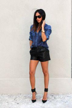 Shorts preto + camisa jeans + scarpin