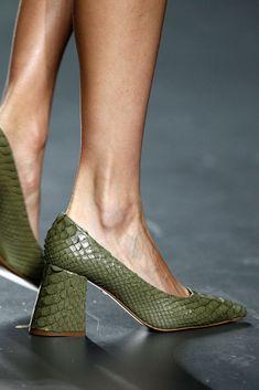 Teresa Helbig Prêt à Porter Primavera/Verano 2016 Funky Shoes, Fab Shoes, Pretty Shoes, Me Too Shoes, Bootie Sandals, Women's Shoes Sandals, Shoe Boots, Green Shoes, Designer Shoes