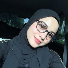 Beautiful Hijab Girl, Beautiful Muslim Women, Modest Fashion Hijab, Hijab Chic, Hijabi Girl, Girl Hijab, Muslimah Wedding Dress, Muslim Girls, Girls With Glasses