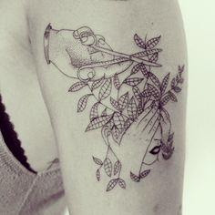 Tattoo da amiga/irmã @luisaluz hoje :) O desenho é baseado no trabalho da ilustradora Geffen Rafaeli, do insta @dailydoodlegram com modificações. #ink #inked #tattoo #tattooist #blackworkers #tatuagem #draw #drawing #desenho #ilustracao #illustrator #bh #belohorizonte