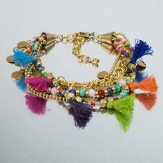 Pulsera etnica con pompones multicolores. Ethnic bracelet with multicolored pompoms
