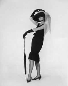 Audrey Hepburn prend la pose en robe Givenchy lors de la promotion du film Breakfast at Tiffany's en 1961.    Photo: Getty