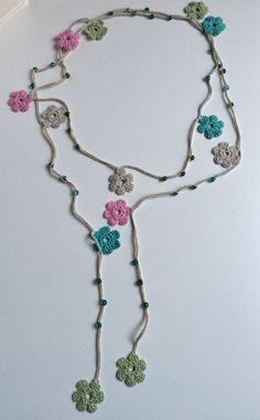 J'ai été émerveiller le lasso et oya colliers au crochet que j'ai trouvé dans deux de mes magasins préférés, ReddApple et SenasShop. J'ai donc décidé de faire celui-ci, inspiré de ceux que je trouve tellement beauté et gracieuse. J'ai utilisé du fil 100 % coton pour faire des
