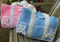 free crochet patterns for baby diaper bags Crochet Diaper Bag, Baby Blanket Crochet, Crochet Shawl, Crochet Baby, Diaper Bag Patterns, Crochet Purse Patterns, Crochet Handbags, Crochet Purses, Crochet Gratis