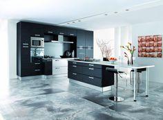 Signée par le designer italien #Enzo #Dilabrani, le modèle #Mugello de #Teissa se veut être une pièce de vie à part entière, où vous allez adorer cuisiner. At Home Store, Home Interior, Home Builders, Kitchen Island, House Design, Table, Furniture, Home Decor, Designer
