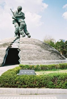 Near the Korean War Monument, the Statue of Brothers: an older brother from the South, on the battlefield, embracing his younger brother from the North. The crack in the sculpture symbolizes the fractured peninsula.