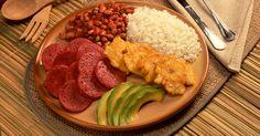 Comida Dominicana casi casi como la nuestra yo me lo comeria feliz....