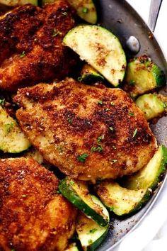 filet de poulet pané au parmesan et à l'ail: blanc poulet, beurre, chapelure, parmesan en poudre, farine, courgette, ail