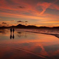 Atardecer en #Famara #Lanzarote  - #IslasCanarias Tenerife, Beach Images, Amazing Sunsets, Canario, Canary Islands, Beautiful Beaches, Beautiful World, Places To Go, Nature Photography