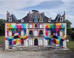 This abandoned castle street art in France is a masterpiece, thanks to famous surrealist artist Okuda San Miguel and a Parisian art festival. Eindhoven, Pop Art, Okuda, Colorful Skulls, French Castles, Colossal Art, Spanish Artists, Pop Surrealism, Street Artists