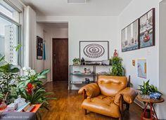 Sala de estar tem cantinho especial reservado para a Poltrona Mole de Sérgio Rodrigues.