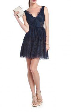 Mini vestido de encaje en color azul noche de BCBG. 50 vestidos para ir de boda.