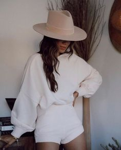 Staying stylish at home as never been easier! Try this all white look for when you want to be comfy yet stylish at home. Outfits With Hats, Mode Outfits, Chic Outfits, Spring Outfits, Fashion Outfits, Womens Fashion, Chapeau Cowboy, Looks Style, My Style
