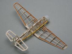 Muestra de un modelo de avión armado con madera balsa.