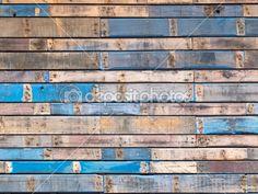 patroon van de textuur van de achtergrond van verweerde houten planken met grungy overblijfselen van blauwe verf vormen de gevelbeplating van een exterieur gebouw muur — Stockbeeld #11716441