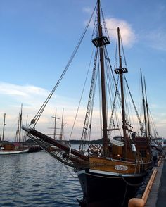 #seilbåt #seilskute #sailboat #havna #brygga #harbour #havet #sjøliv #blåhimmel #bluesky #kveld #evening #vakkertvær #beautifulweather #vakkerhimmel #beautifulsky #akerbrygge #oslo #norge #norway #ilovenorway_oslo #ikkekøddmedoslo #stakkarsoss #oslove #osloimitthjerte #osloinmyheart #mittoslo #oslofjorden by ladylofot1