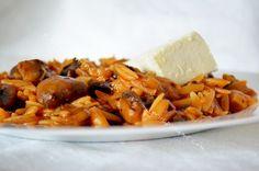 Κριθαράκι με πράσο και μανιτάρια Grains, Rice, Pasta, Chicken, Meat, Food, Greek Dishes, Easy Meals, Essen