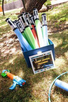 Use espaguetes de piscina e fita adesiva para criar sabres de luz.