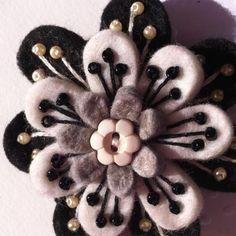 Flower brooch Fabric Brooch, Felt Brooch, Felt Applique, Embroidery Fabric, Felt Flowers, Fabric Flowers, Wool Quilts, Felt Art, Felt Ornaments