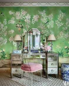 Mario Buatta's Final Project - The Glam Pad Mario Buatta New York Apartment Duplex interior design prince of chintz glamorous art deco style Architectural Digest Gracie wallpaper Gracie Wallpaper, Mario Buatta, Chinoiserie Wallpaper, Chinoiserie Chic, Antique Wallpaper, American Interior, New York Homes, Interior Decorating, Interior Design