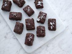 Chokladdoppade bars med jordnötter och kola | Recept från Köket.se