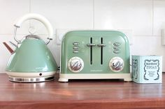 retro style kettle and toaster set green
