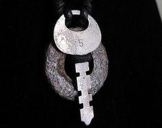 collana artefatto urbano con chiave vintage e rondella arrugginito
