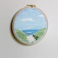 Se trata de un colgante de pared de arte de bordado aro de una escena de la playa. La mano bordó a mano alzada (sin patrón). Los hilos utilizados son una combinación de hilo natural teñido de hilo y algodón. La guía se ha hecho de tallos de hierba seca. Se trata de un aro de 6(15 cm). El aro de madera se hace en el Reino Unido de beechwood sostenible (ningún retruécano previsto). Disfruté mucho haciendo esto, la inspiración es muy personal-que solía pisar mis tres perros hermosas dunas y…