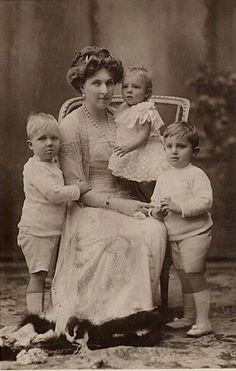 Personajes de la época. La Reina y sus hijos.