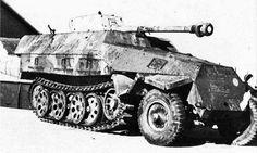 Sd.Kfz. 251/22 - 7.5 cm PaK40 L/46 auf Mittlerer Schützenpanzerwagen. Fitted with a 75 mm PaK 40 anti-tank gun.