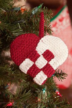 Ravelry: Dansk Hjerte pattern by Ann McDonald Kelly - Knit & Crochet Projects Knitted Christmas Decorations, Knit Christmas Ornaments, Christmas Bunting, Christmas Hearts, Crochet Christmas, Knitting Daily, Knitting Yarn, Easy Knitting, Ravelry