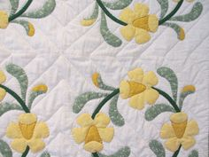 Daffodil Wreath Quilt - Looks like a quilt Grandmother would have made.