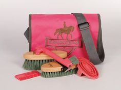 Harrys Horse Grooming Bag Complete Handy grooming bag with flap and velcro closure, adjustable shoulder strap and Equestrian Society embroidery.Complete with grooming tools: a rubber curry comb, bris