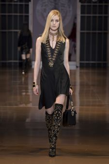 Discover the Women's Fall Winter Collection Fashion Show by Versace. Find your favorite pieces on the Versace Official Website. Versace 2015, Versace Fashion, Couture Fashion, Dark Fashion, Fashion Beauty, Womens Fashion, 2014 Fashion Trends, Latest Trends, All About Fashion