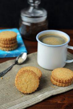 Kostka z masłem orzechowym i czekoladą/Peanut butter an… Shortbread Cookies, Cornbread, Peanut Butter, Food Porn, Food And Drink, Coconut, Sweets, Candy, Tableware