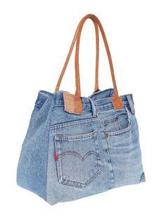 Con este juvenil bolso vaquero descubrirás la manera más original de lucir unos jeans. Bolso con cómodas asas para colgar a contraste en símil piel. Cerrado:
