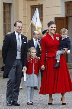 Estelle näytti aivan äidiltään edustaessaan iloisesti hymyillen vanhempiensa mukana.
