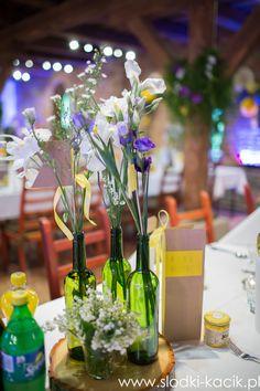 Dekoracje kwiatowe na stołach gości