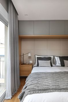Paleta neutra e contraste de texturas criam apartamento moderno e sofisticado Couples Apartment, Small Apartment Bedrooms, Small Room Bedroom, Small Apartments, Home Bedroom, Bedroom Decor, Apartment Ideas, Modern Master Bedroom, Bedroom Bed Design