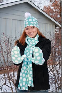 How cute are these mittens, hat  scarf? Such a cute #DIY gift idea from @Cheryl {thatswhatchesaid.net} #fabulouslyfestive
