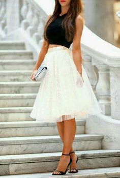 Adoro esse look com saia de tule evasê, é um look bem feminino e a saia ajuda a desfarçar quem tem o quadril largo e também quem tem pouco. Beijos! ✨ I love this look with Flared tulle skirt, is a very feminine look and the skirt helps to disguise who has wide hips and also those who have little. Kisses!  www.blogdalelenavarro.com.br  Instagram: @blogdalelenavarro