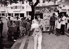 O astro Mick Jagger passeando por Copacabana - 1969  Na foto, vemos o vocalista dos Rolling Stones, Mick Jagger passeando por Copacabana e comendo algodão doce.  Foto enviada por um amigo da pág. RJM&F, Luiz F. Silva! Obrigado, Luiz!