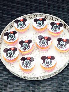 Minnie Mouse cupcakes. Gevuld met aardbeienjam en opgespoten met roze Italian Meringue botercreme en gedecoreerd met een fondant plaatje die ik geverfd heb met eetbare verf