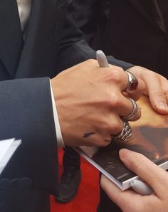 His hands are my favorite Harry Styles Hands, Harry Styles Photos, Mr Style, Treat People With Kindness, Harry Edward Styles, Beautiful Boys, Beautiful Hands, Fashion Pictures, This Man