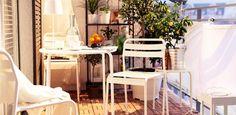 balkon gestalten balkonmöbel metall plastik weiß holzboden sichtschutz stoff citrusbäume