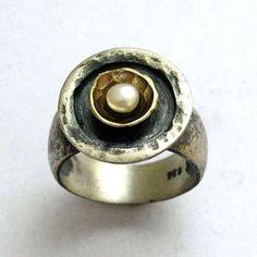 Ein Tag ohne Regen ~~~~~~~~~~~~~~ Das Design dieses Rings ist ab Herbst inspiriert. Der Ring ist handgemacht hämmern. Eine gelbe goldene kleine Schale umgibt das charmante Perle. (R1438C). © 2011 Artisanimpact Inc. Alle Rechte vorbehalten. Bau & Abmessungen: ~~~~~~~~~~~~~~~~~~~~~~~