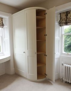 Fitted curved wardrobe with Shaker doors